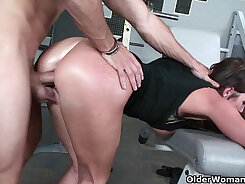 CUM IN HER FACE Hard Trainer MILF brings body to water